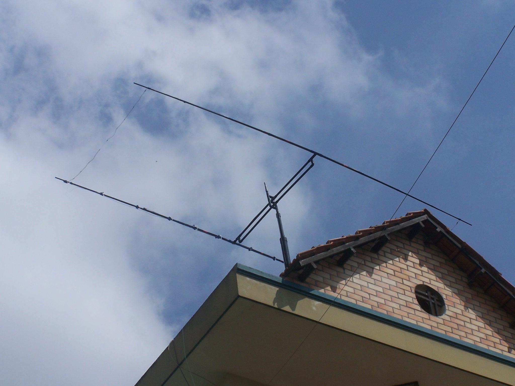 Antenne directive Moxon installée sur le toit de la maison