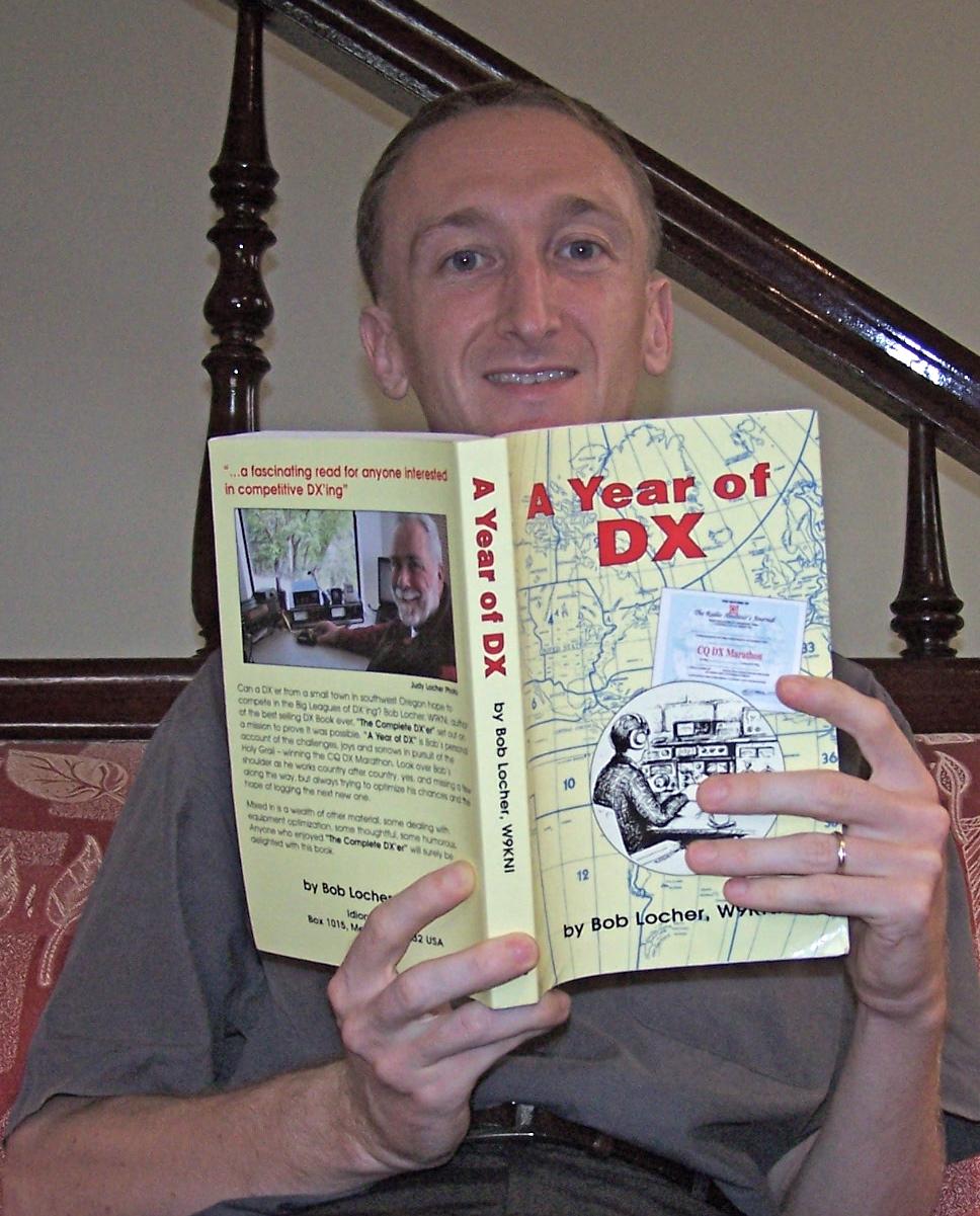 Yqn XV4Y lisant A Year of DX de W9KNI